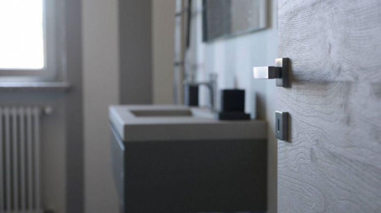 Porte e serramenti a torino per un bagno a norma di legge